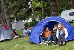 enfant dans une tente