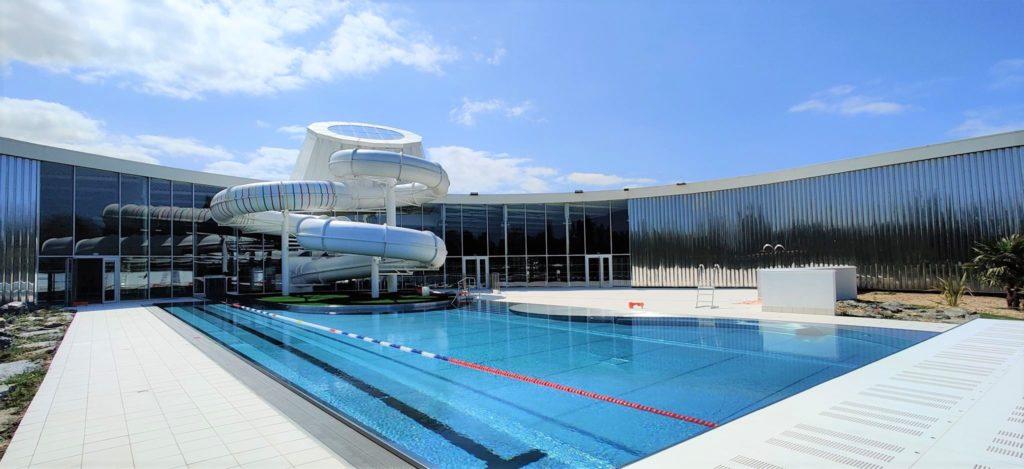 grande piscine avec toboggan extérieur
