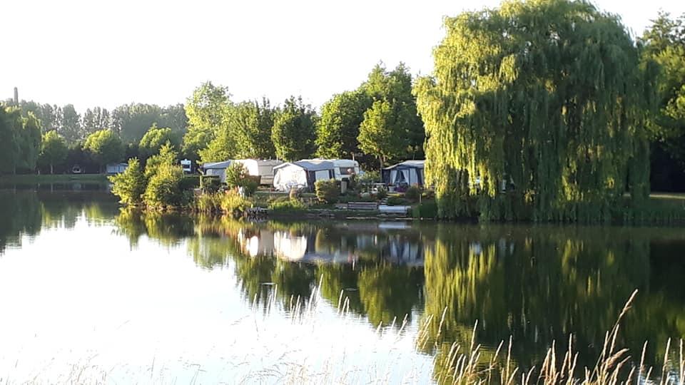 beau camping au bord de l'eau