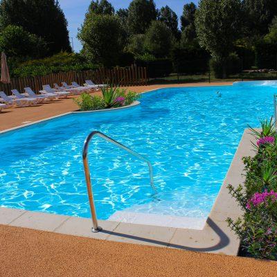 piscine extérieure ensoleillée