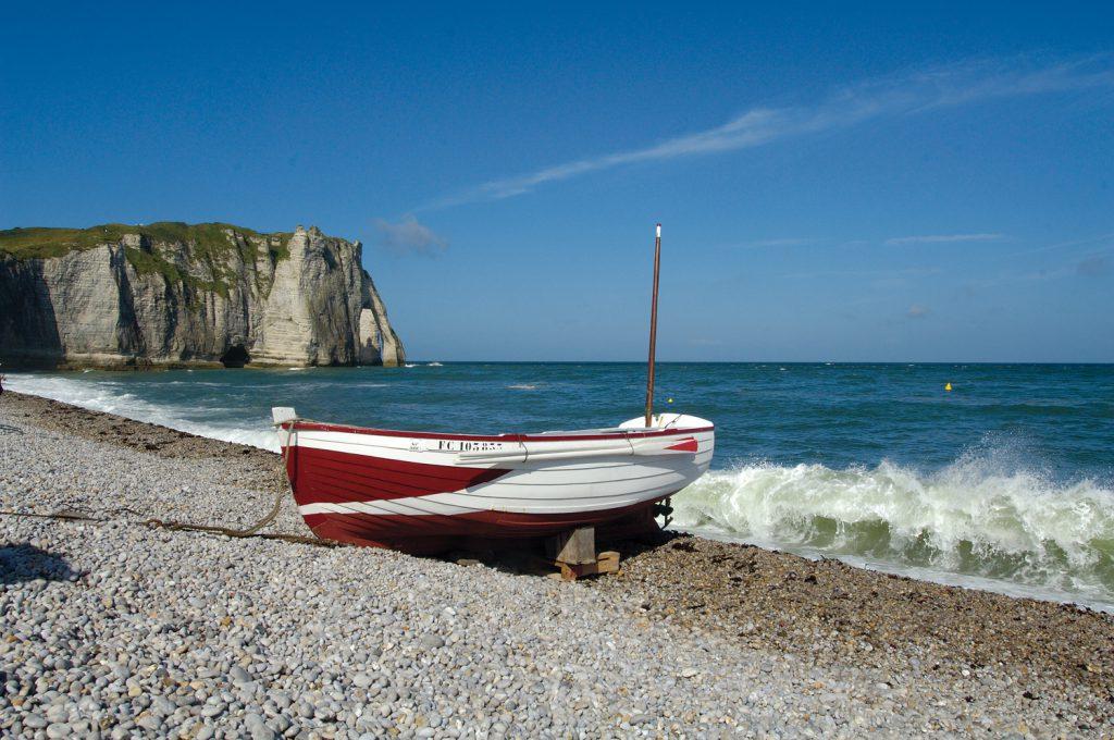 barque pecheur plage de galets