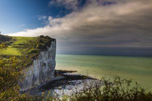 falaises calcaires et mer paysage sauvages