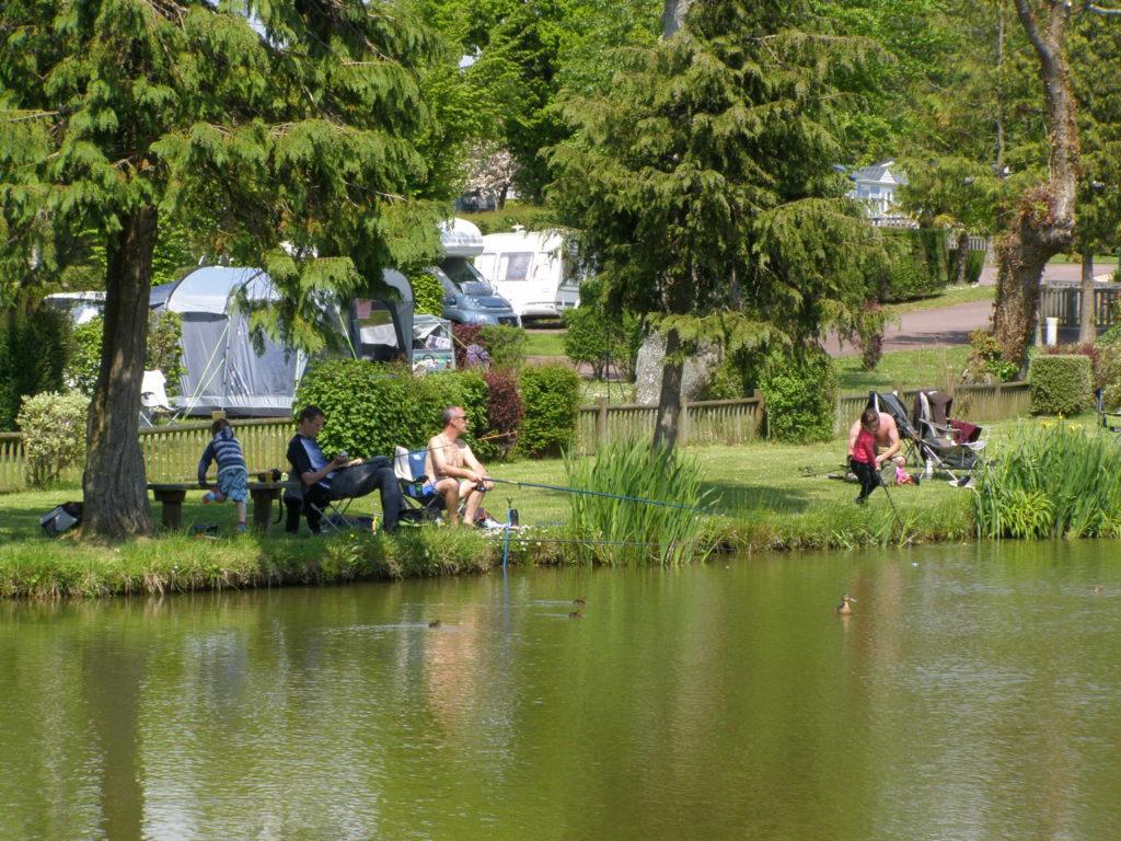 personnes qui pêchent en étang