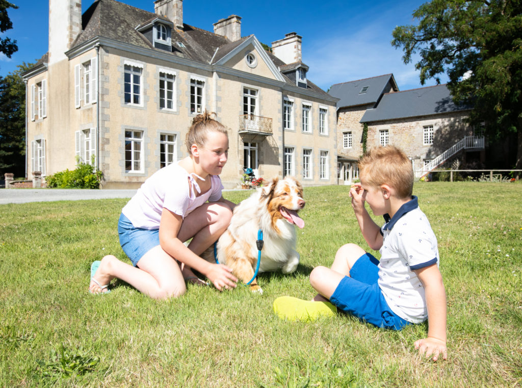 enfant et chien camping