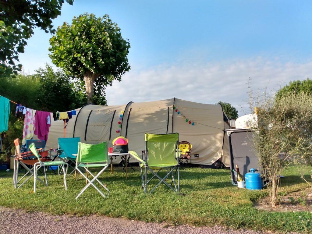 emplacement de camping avec grand tente