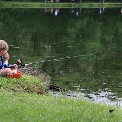 Enfant et canne à pêche étang