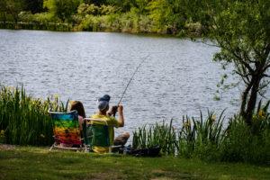 2 personnes autour étang de pêche